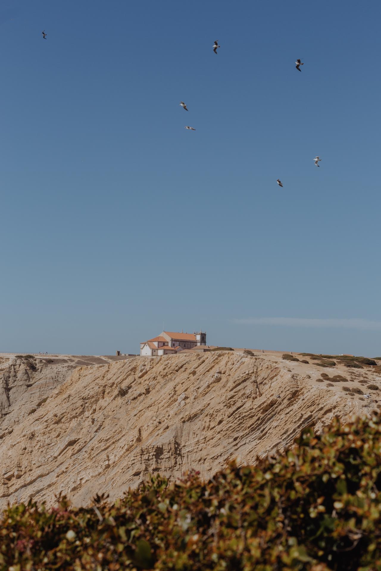 5. Praia dos Galapinhos Da wir am Vortag keinen der atemberaubenden Strände im Naturpark Arrábida erkundet haben, stand dies am zweiten Tag auf der Tagesordnung. Geparkt haben wir unseren Flitzer am Praia da Figueirinha. Von dort fahren zwar Shuttles zu den verschiedenen Stränden, doch wir haben einen kleinen Fußmarsch auf uns genommen. Mit genug Wasser ausgestattet kann man den halbstündigen Fußweg und die tolle Natur genießen. Auf dem Weg dorthin gibt es etliche Strände und wir hätten an jedem Stoppen können! Unser Ziel war aber der Praia dos Galapinhosnach dem Praia de Galápos. Den Abstieg fand ich persönlich ein wenig abenteuerlich, aber nichts was nicht zu schaffen ist (und sich mehr als lohnt). Denn es erwartet einen feinster Sandstrand in einer Buch mit so klarem Wasser, dass es nur so aquamarin und blau schimmert. Der perfekte Ort für Erholung!