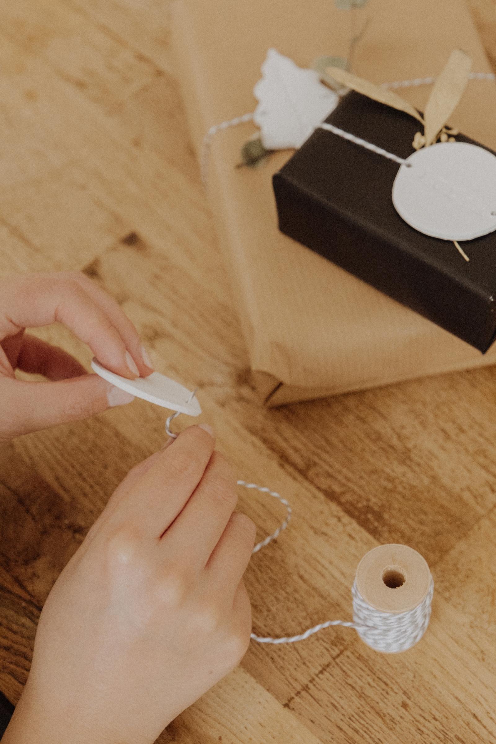 LINHÉ DIY personalisierte Geschenkanhänger Schnur einfädeln