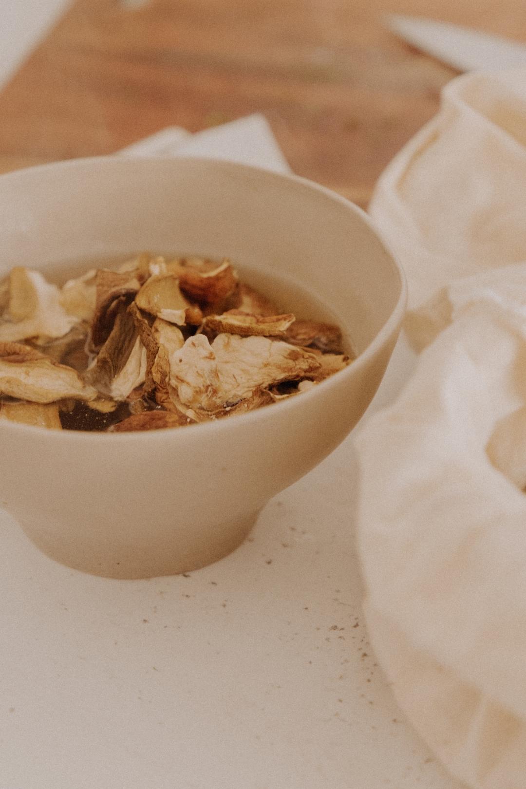 Getrocknete Steinpilze aufweichen für die vegan Pilzrahmsoße