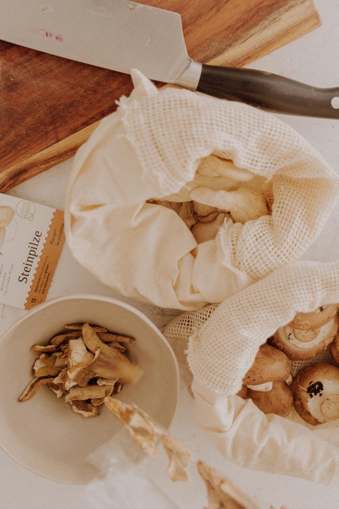 Champignons und Austernpilze für die vegan Pilzrahmsoße